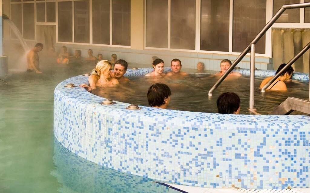 Nechybí ani dva bazény s termální léčivou vodou a vířivka