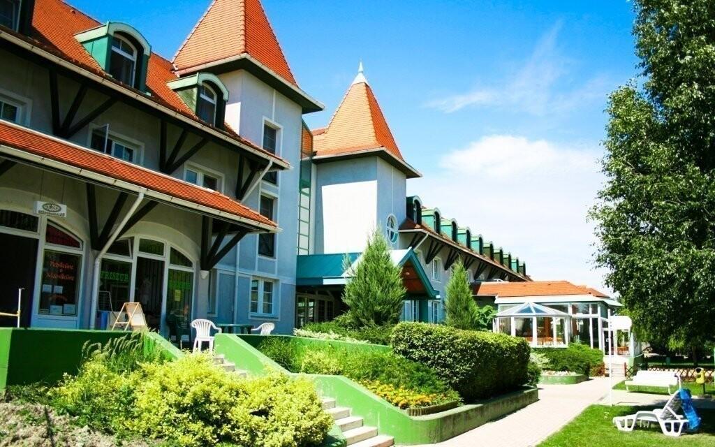 Hotel leží ve skvělé lokalitě hned u lázní