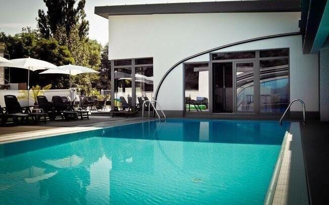 Kousek od hotelu je oblíbený bazén Vlnka