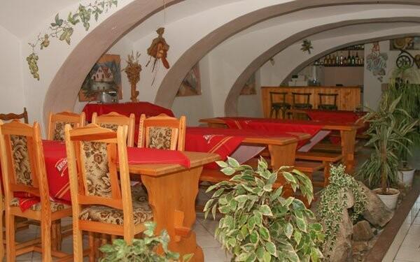 Místní restaurace je příjemně zařízená