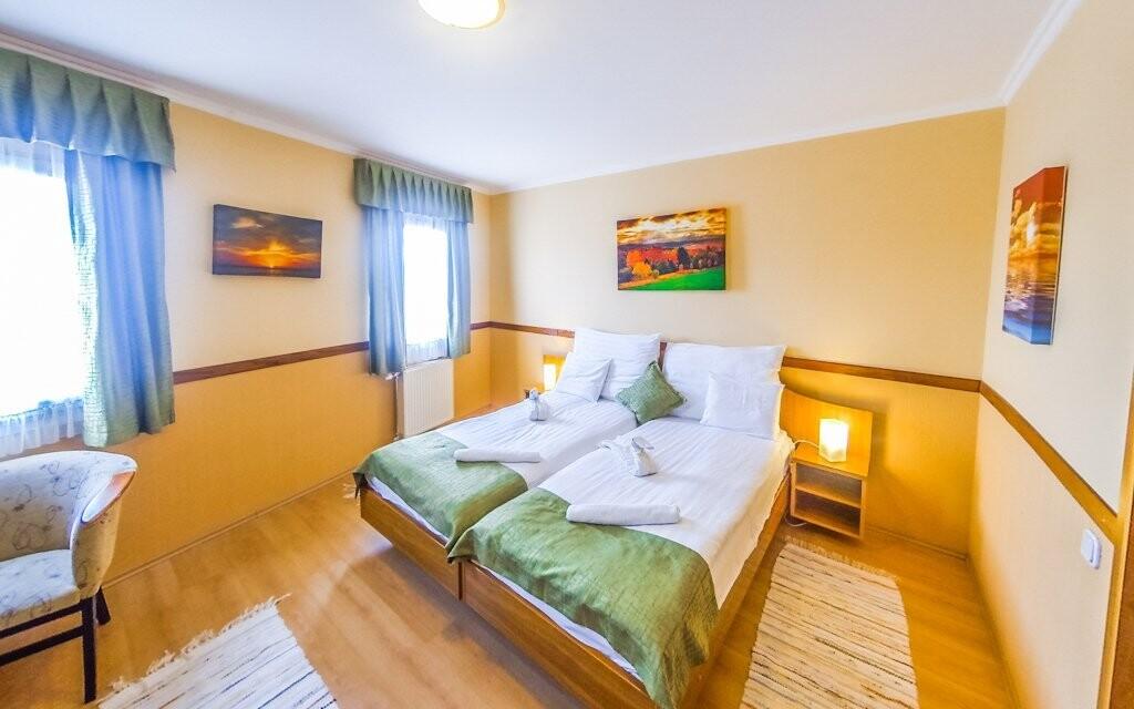 Hotel nabízí ubytování v komfortně zařízených pokojích