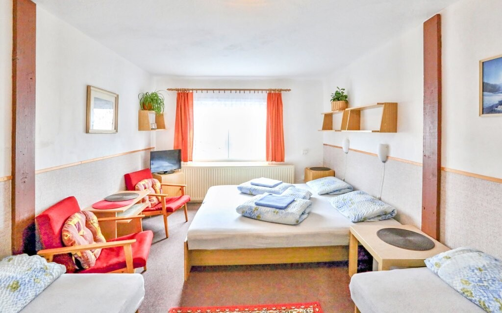 Pokoje jsou prostorné a standardně vybavené
