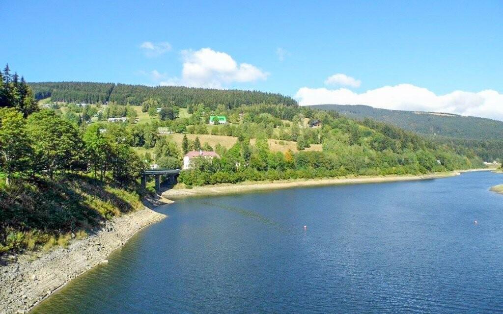 Labská přehrada je jedním z oblíbených cílů