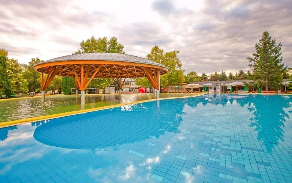 Těšte se na vnitřní i venkovní bazény a termální vodu