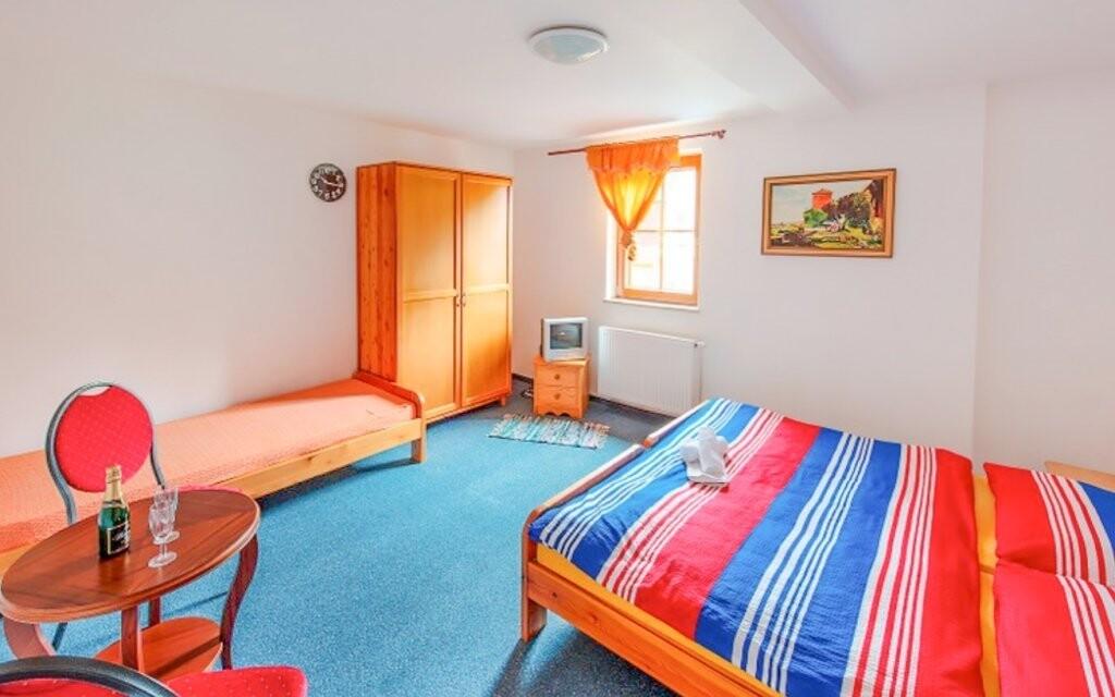 Pokoje jsou komfortně zařízeny