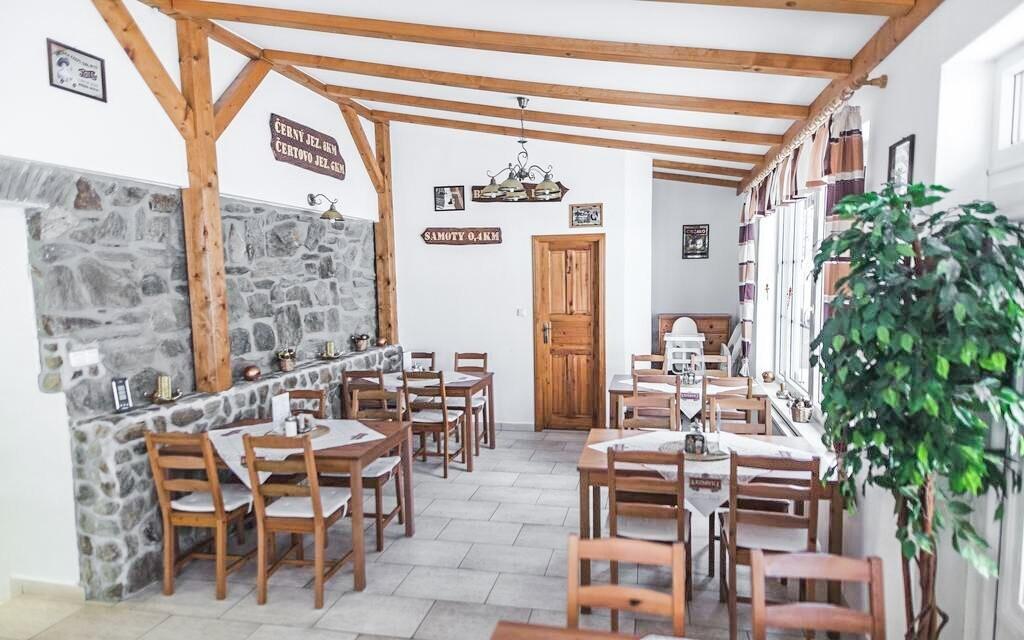 Stravování probíhá v prostorné restauraci