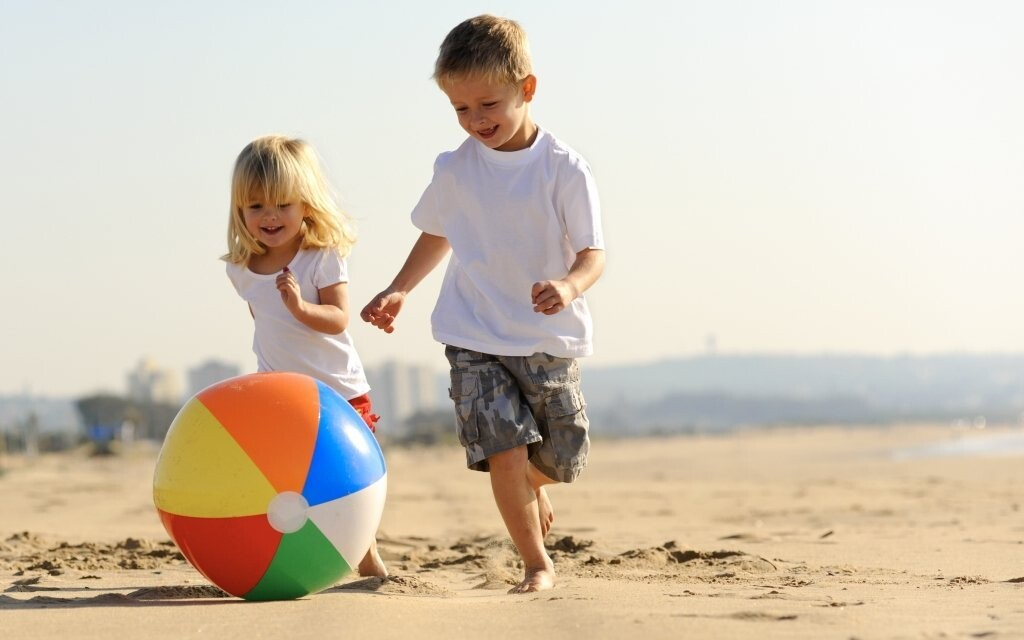 Děti si mohou na pláži hrát celé dny