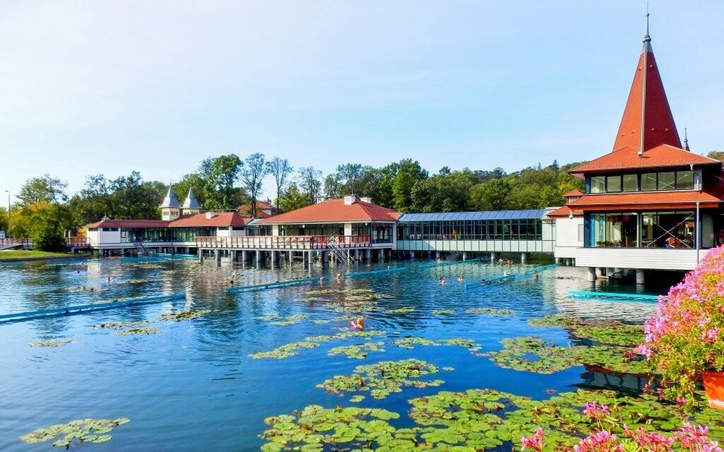 Hotel leží jen kousek od termálního jezera Hévíz