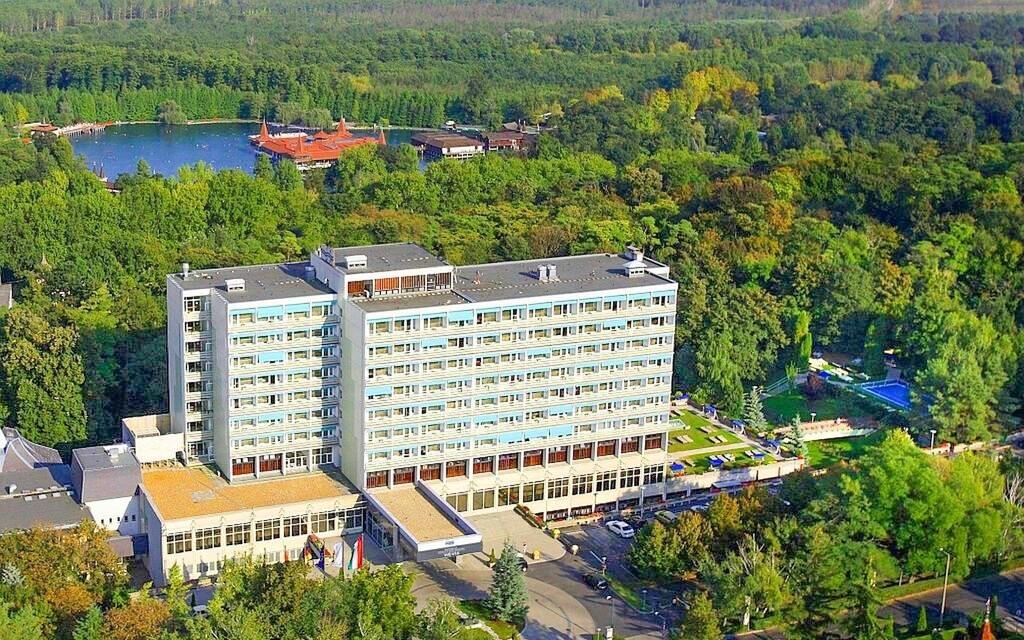 Hotel leží jen kousek od jezera
