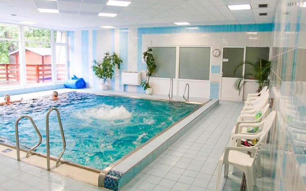 Zaplavete si i v hotelovém bazénu