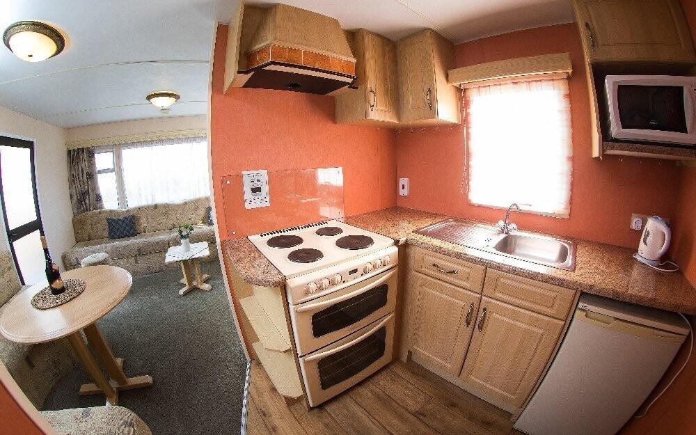 K zařízení patří vybavená kuchyňka a jídelní kout