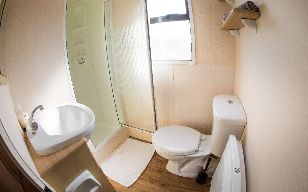 Nechybí sociální zařízení se sprchovým koutem