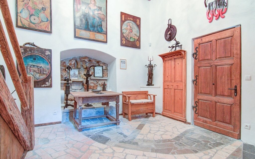 Interiéry jsou plné uměleckých děl