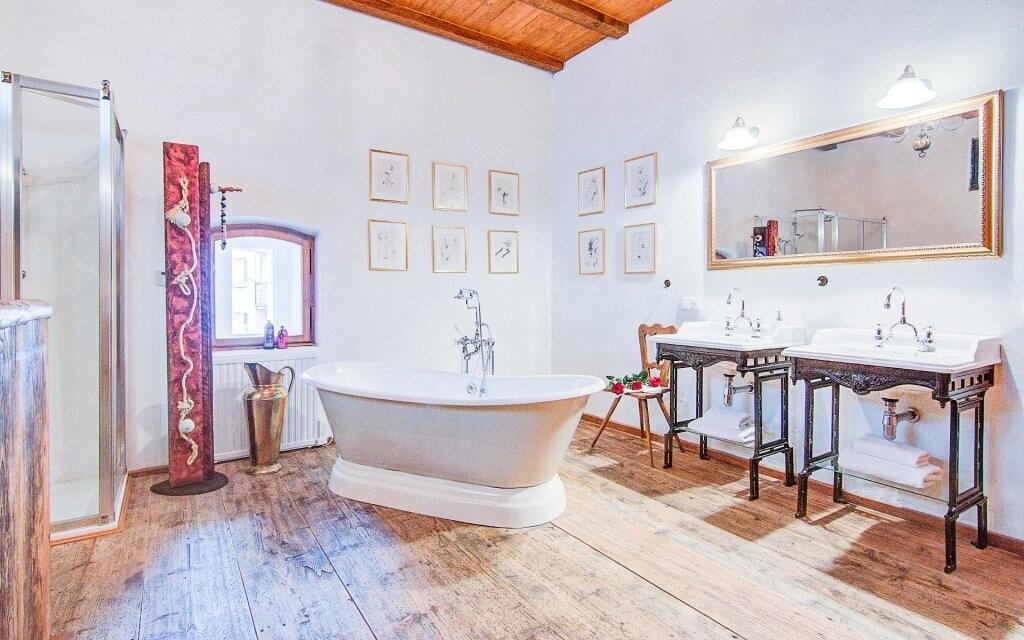 Stylově zařízená je i koupelna