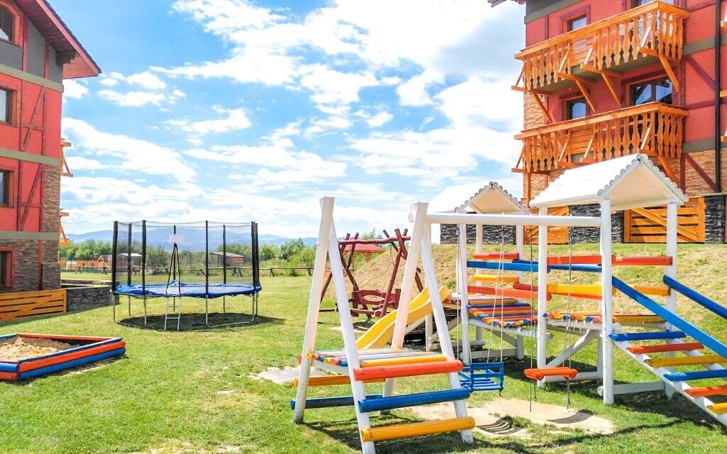 Deti sa vybláznia na detskom ihrisku