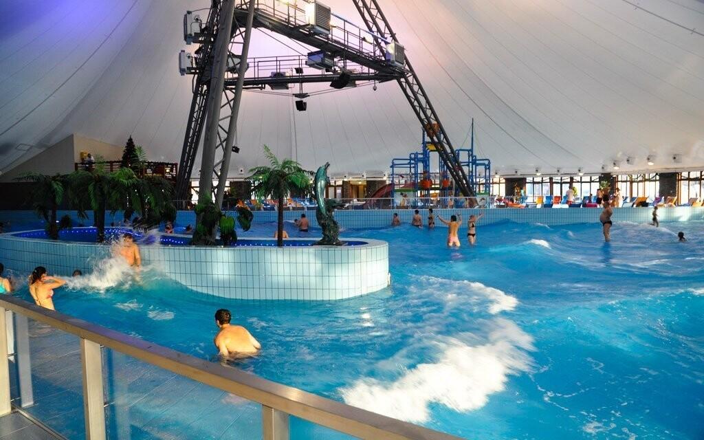 Mají tu i bazén simulující mořské vlnění