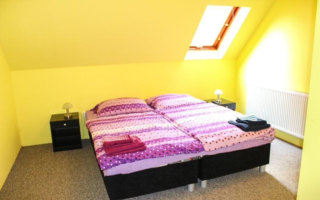 Na postelích jsou zdravotní matrace