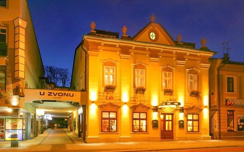 Hotel U Zvonu *** stojí ve Vrchlabí v prostředí Krkonoš