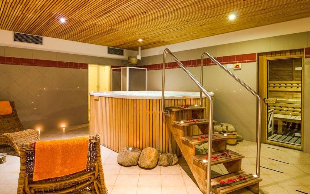 Ve wellness centru je vířivka i sauna