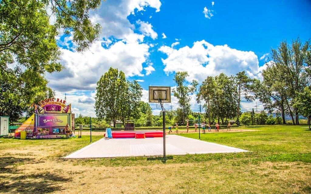 Pro děti je kousek od hotelu k dispozici parádní hřiště