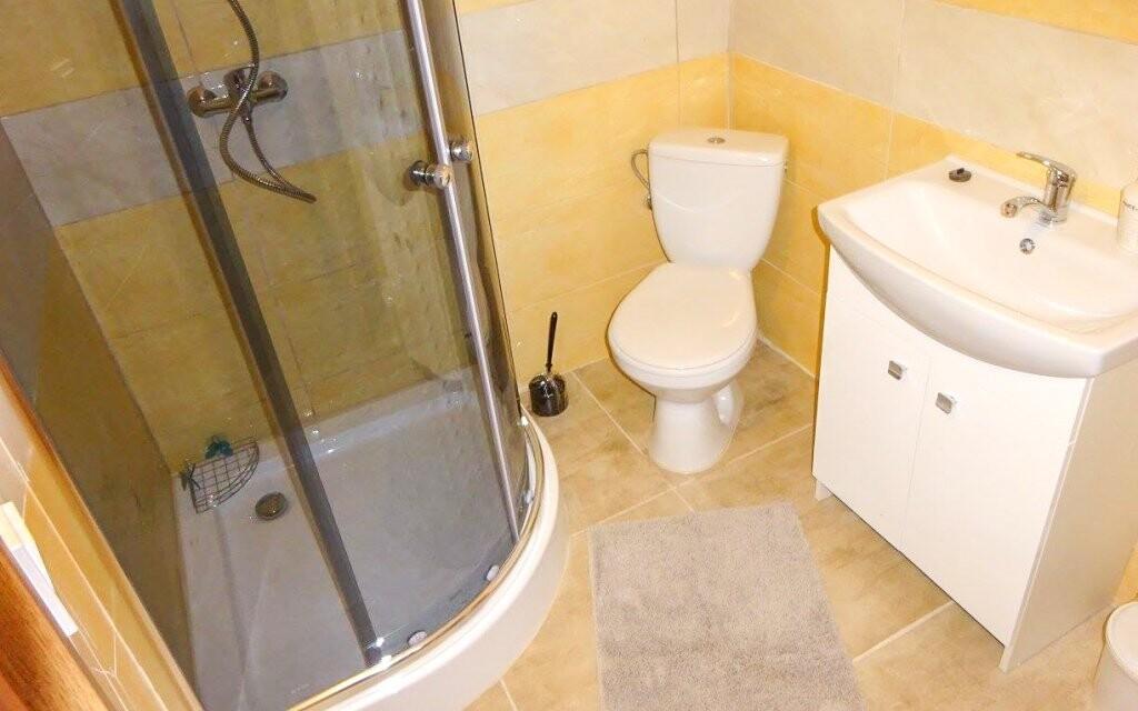 Samozrejmosťou je kúpeľňa so sprchou a WC