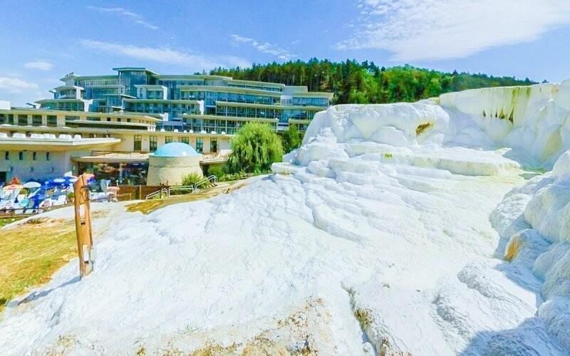 V neďalekých kúpeľoch Egerszalók je unikátny soľný kopec