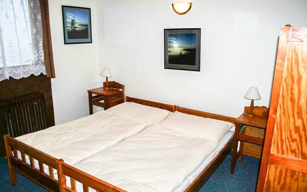 Ubytovaní budete v dvoj až päťlôžkových izbách