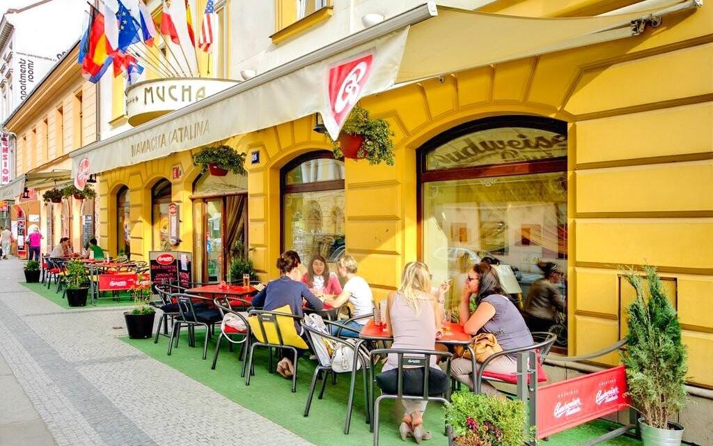 Hotel Mucha **** stojí 200 metrů od zastávky metra