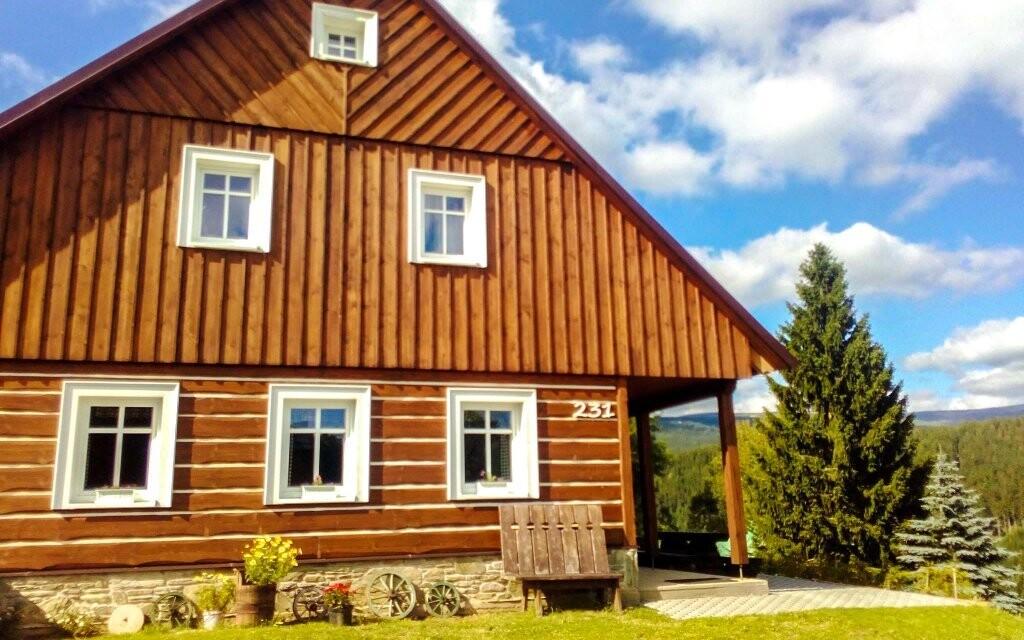 Chalupa Strážné leží ve stejnojmenné vesničce v Krkonoších