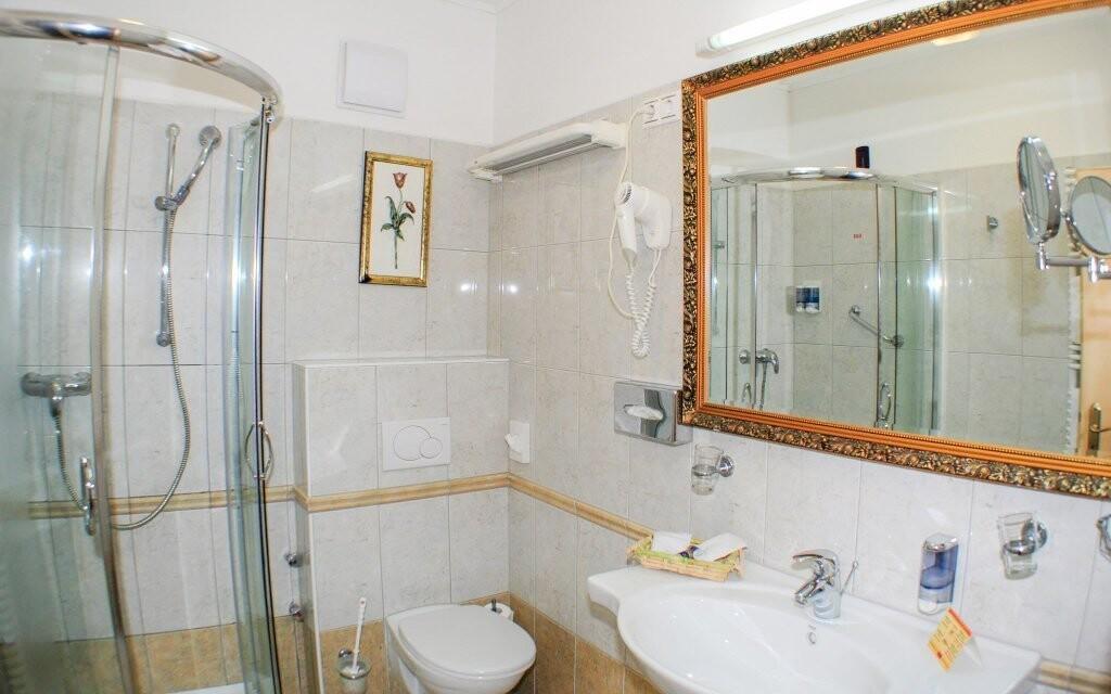 Ubytováni budete v klimatizovaných pokojích s koupelnou