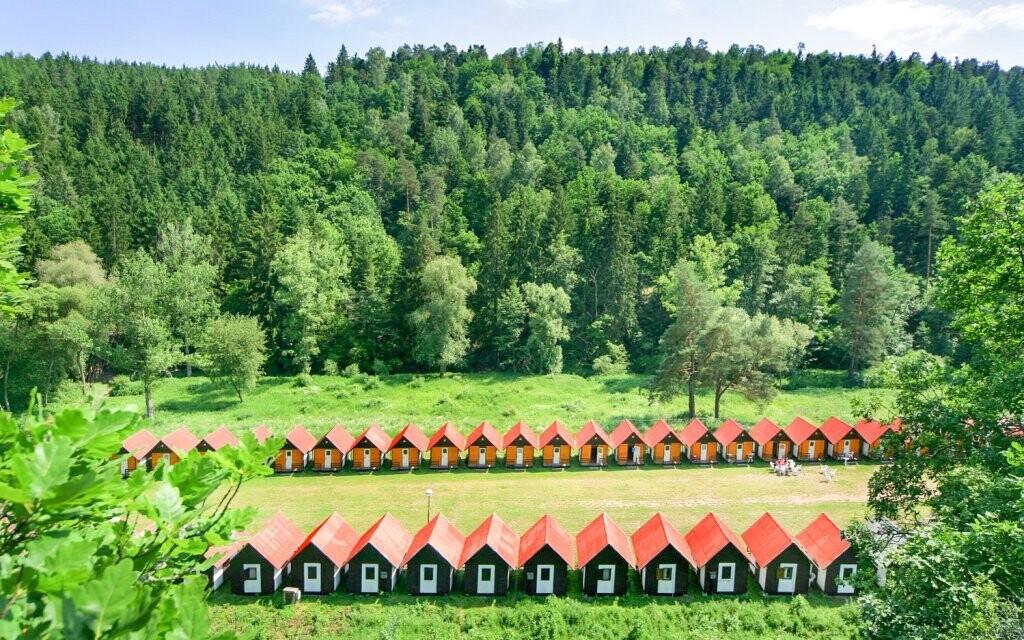 Chatová osada nabízí chatky pro čtyři až šest osob
