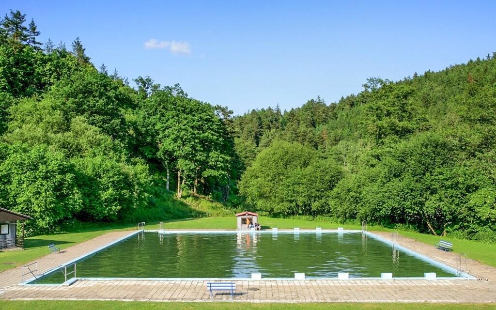 Vstup do venkovního bazénu máte po celou dobu zdarma