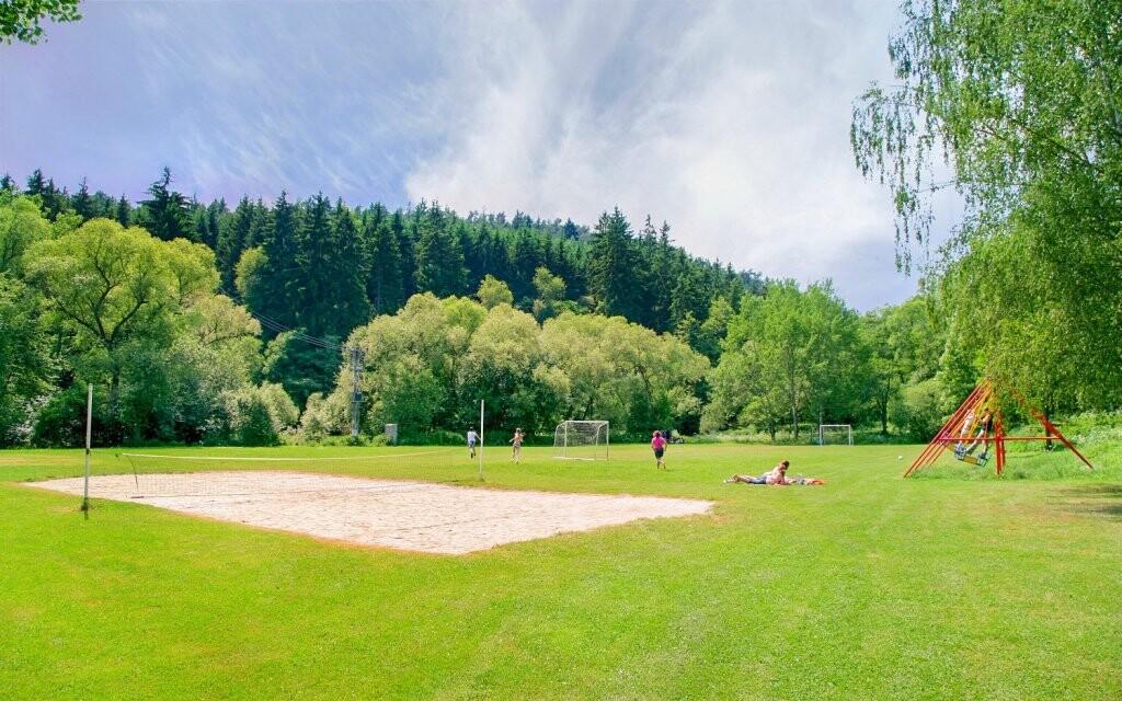 Na hřišti si zahrajete fotbal nebo volejbal