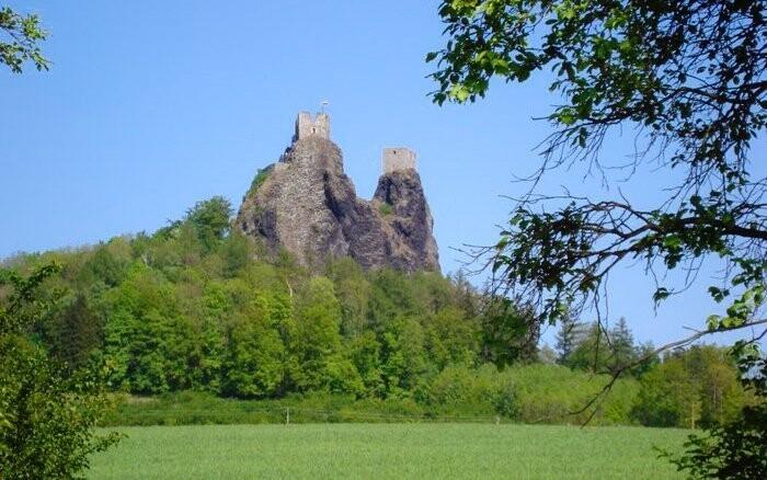 Kolem se rozkládá Český ráj - místo plné přírodních krás