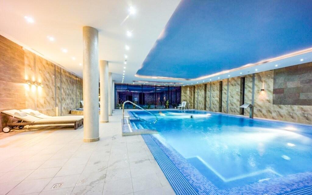 Užijte si neomezené koupání v tomto parádním bazénu
