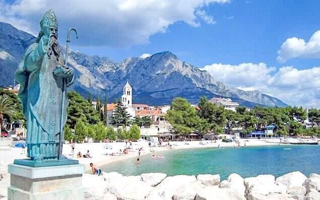 Baška Voda nabízí relaxaci u moře i zábavu v přístavu
