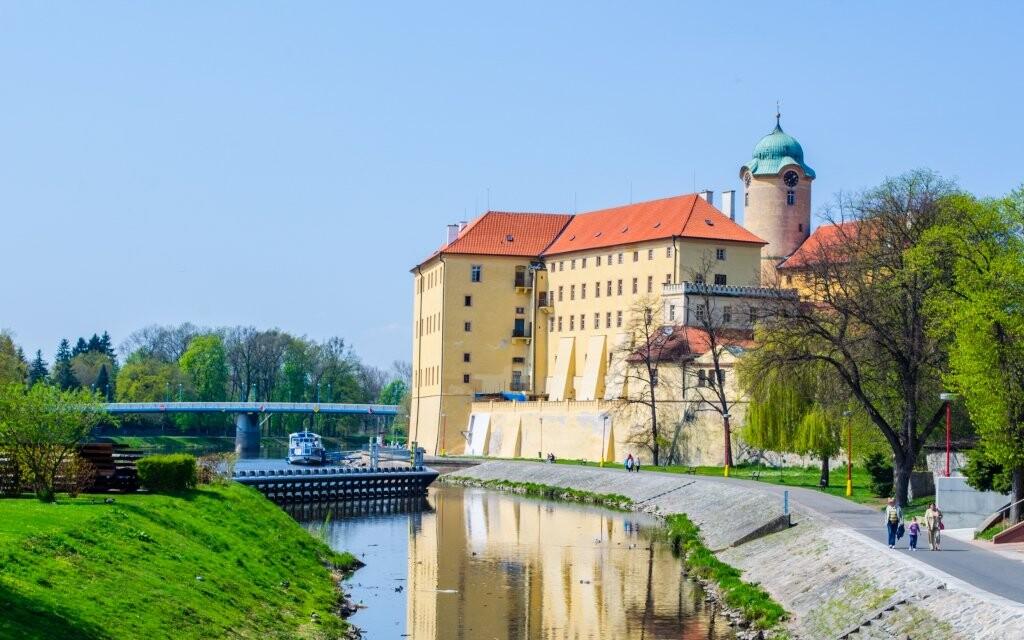 Zámek Poděbrady na břehu řeky, lázeňské město