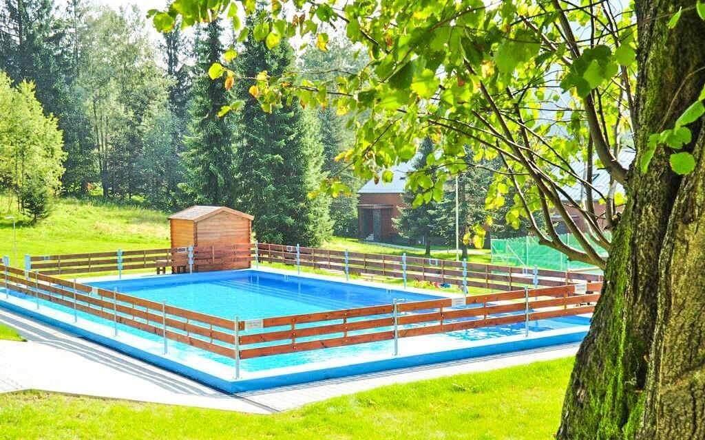 V létě je k dispozici také venkovní bazén
