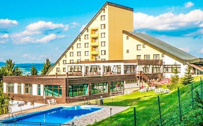 Horský Hotel Jelenovská je dominantou uprostred prírody