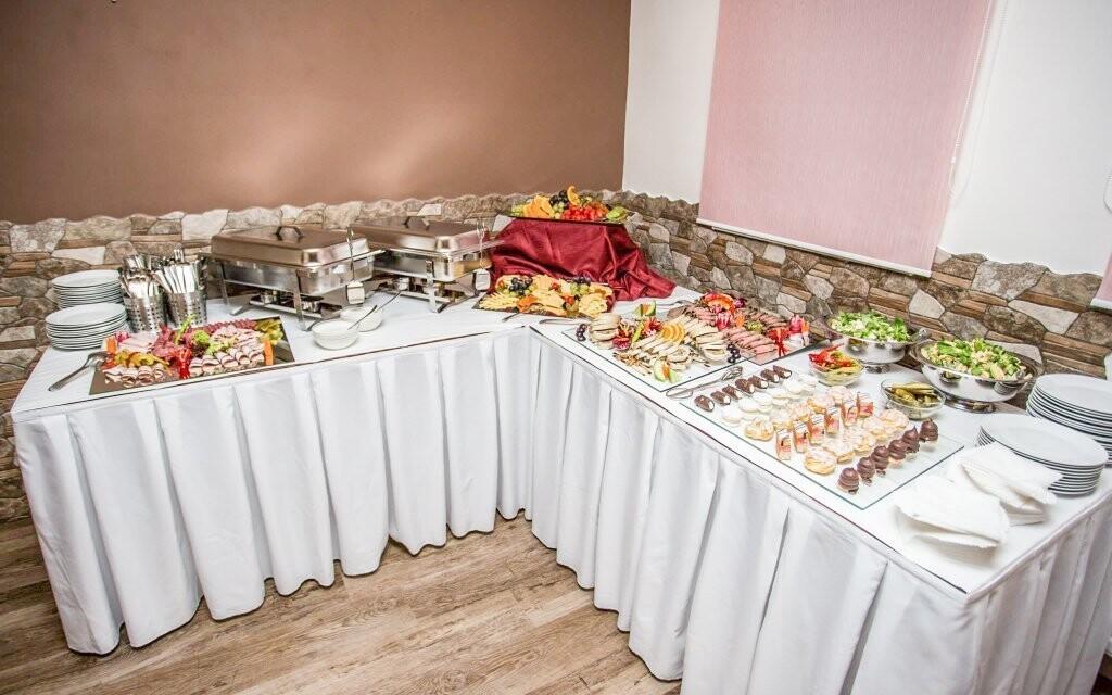 Raňajky sú podávané formou švédskych stolov