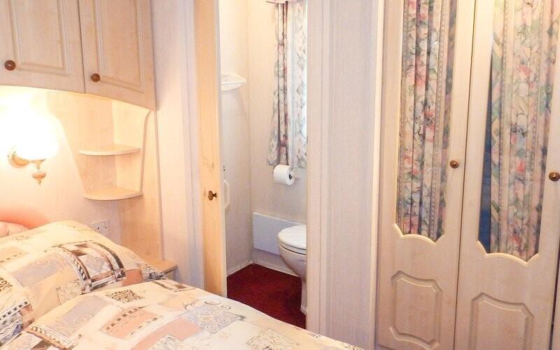 Mobilheim má dvě ložnice i koupelny