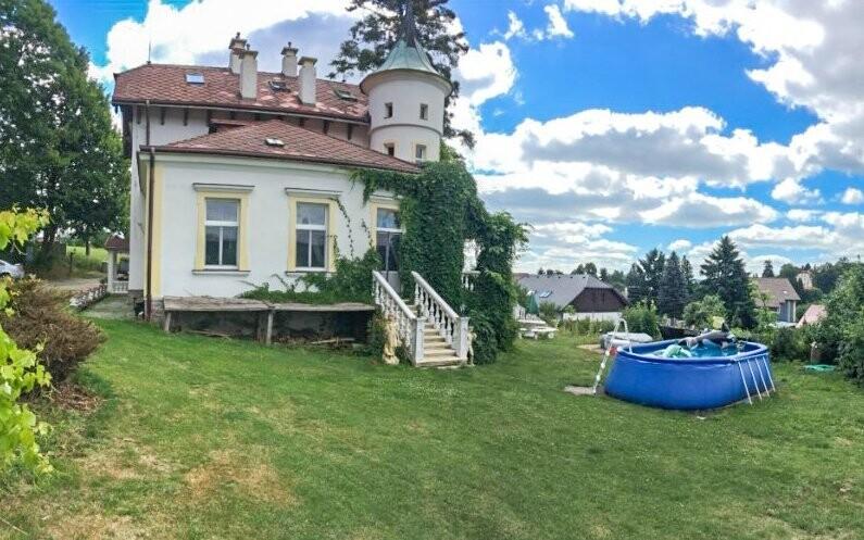 Přes léto je k dispozici venkovní bazén