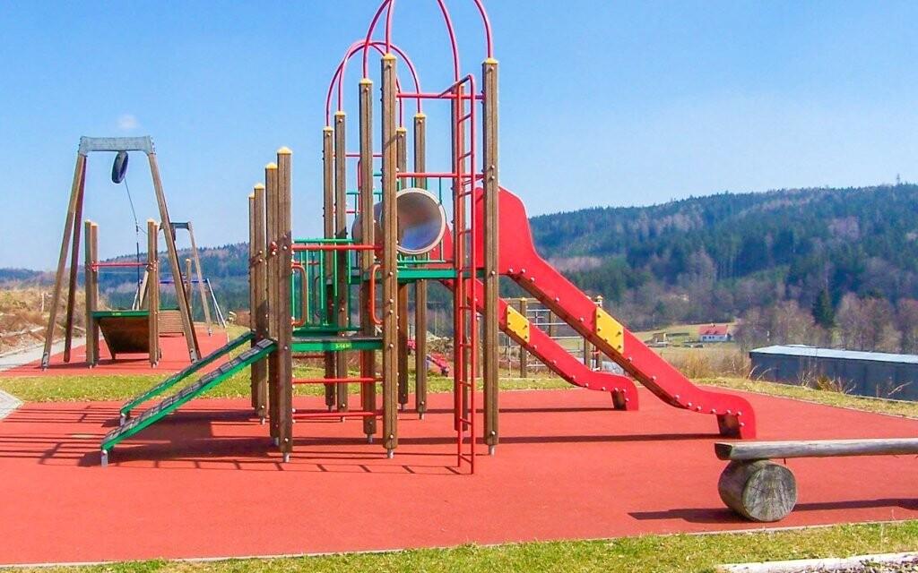 V blízkosti penzionu najdete hřiště pro děti
