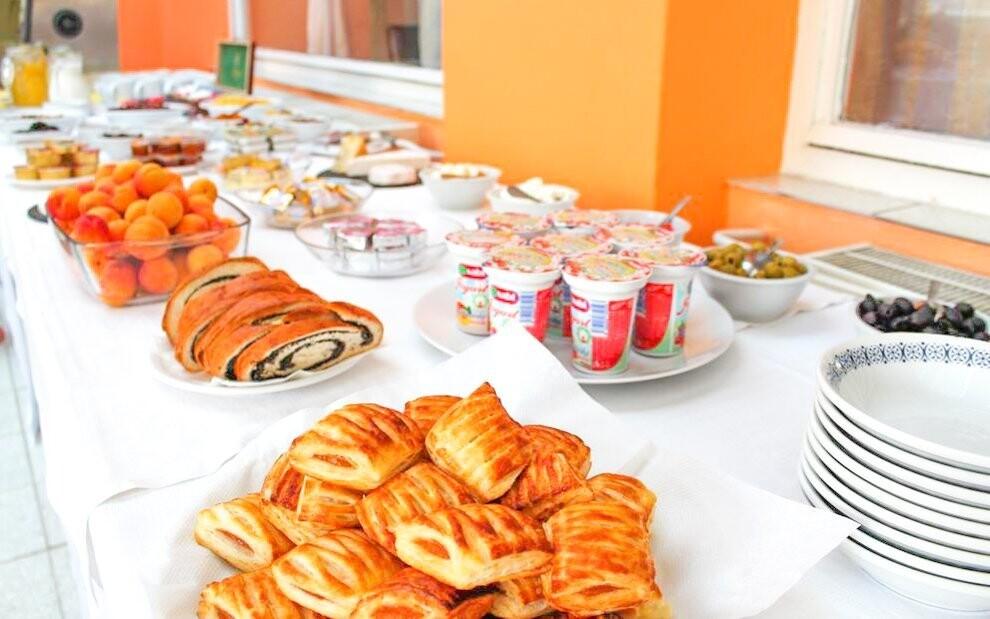 Snídaně se podávají formou bohatých švédských stolů