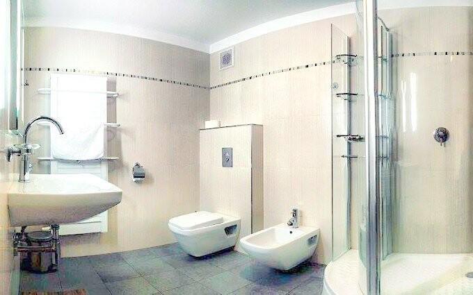 Ke každému pokoji patří také koupelna