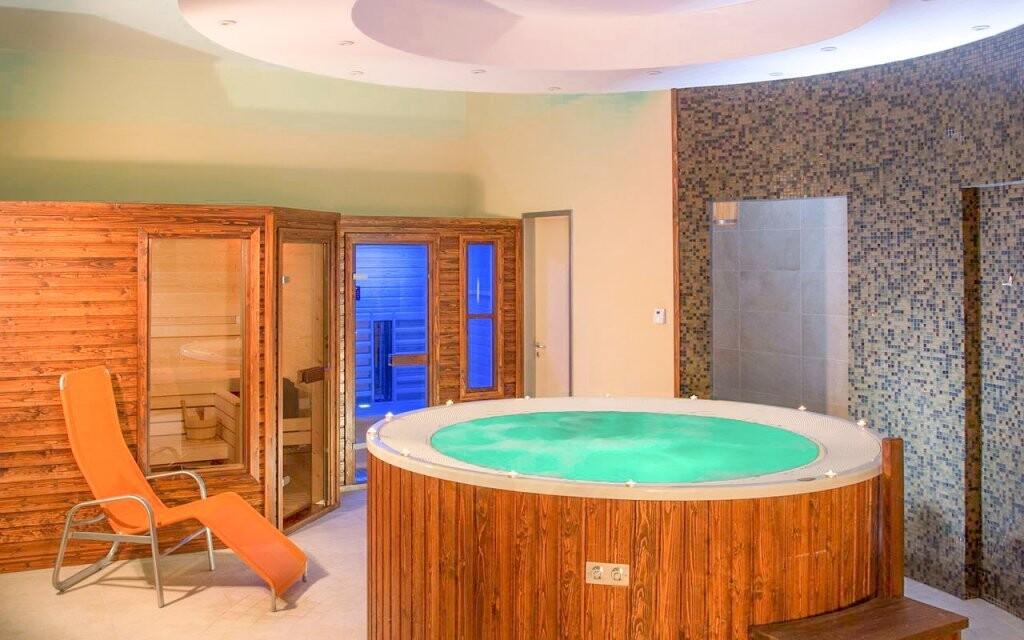 Ve wellness vás čeká vířivka a sauny
