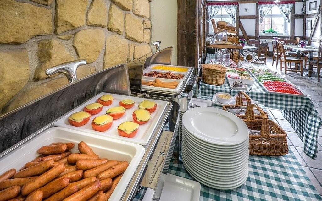 Snídani si vychutnáte v rustikální restauraci