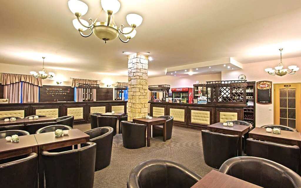 Hotelová recepce je spojena s lobby barem