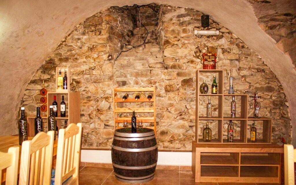 Vinný sklípek se nachází v historických prostorách