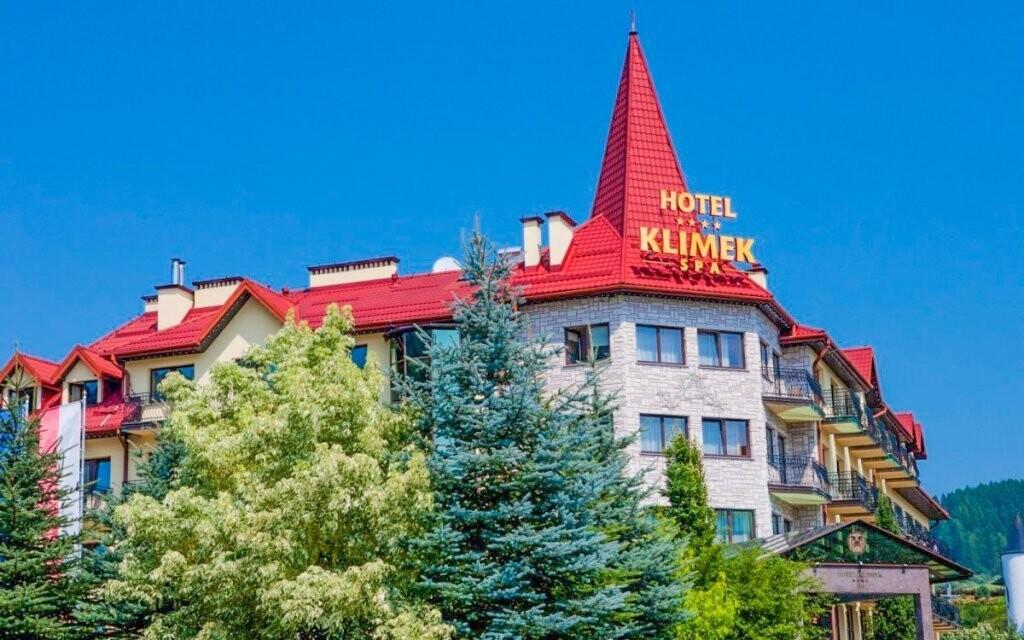 Exteriér hotela pôsobí elegantným dojmom